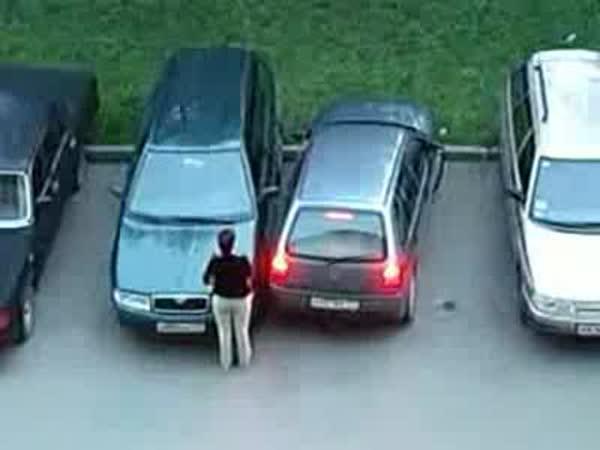 Ženy - Zaparkování vedle Škody Octavie