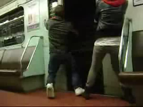 Idioti v metru - Otevření dveří za jízdy