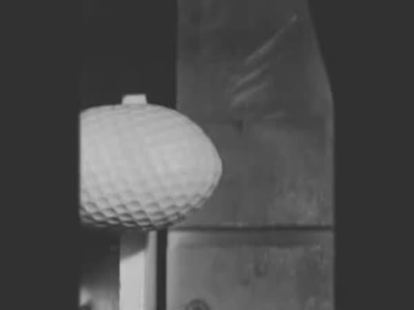 Slow motion - Golfový míček 240 km/h