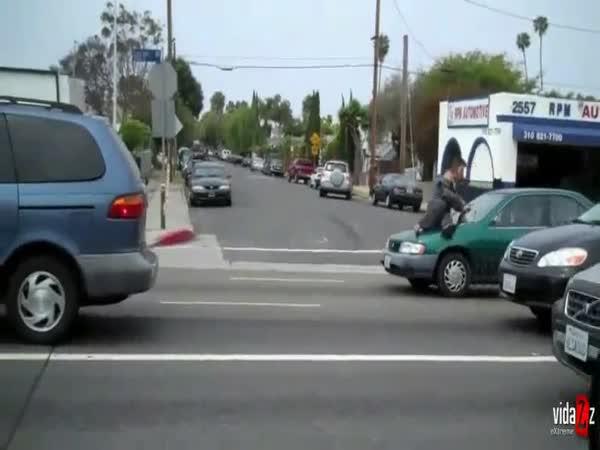 Šílená manželka na autě
