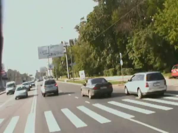 Motorka vs. Auto - nehoda při předjíždění