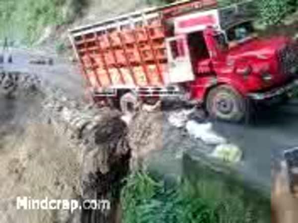 Indie - Sesuv půdy po přívalovém dešti