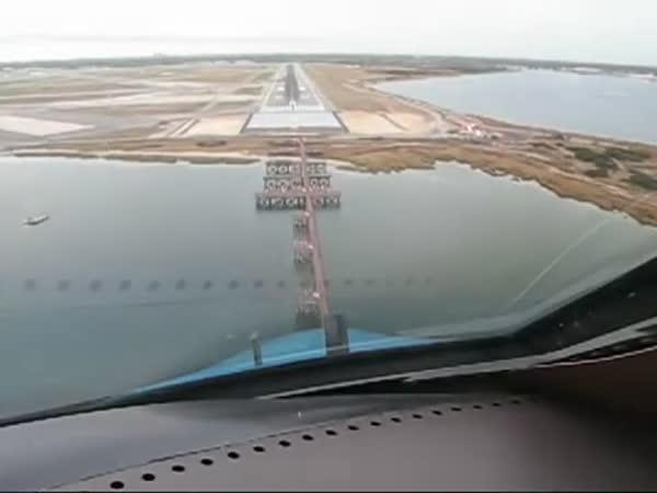 Boeing - Přistání letadla [onboard kamera]