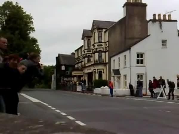 Motorka ve vesnici - Na plný plyn