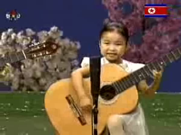 Severní Korea - Děti hrají na kytaru