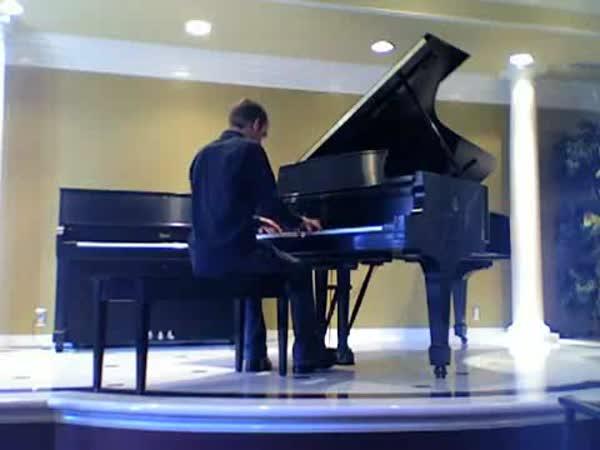 Borec hraje na klavír
