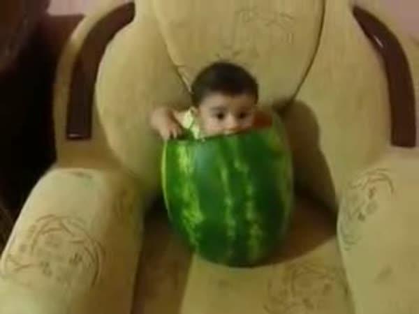 Dítě milující meloun