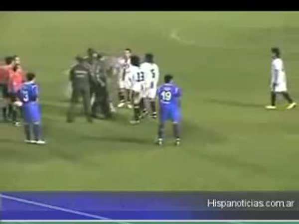 Fotbal - Hráč škrtil rozhodčího