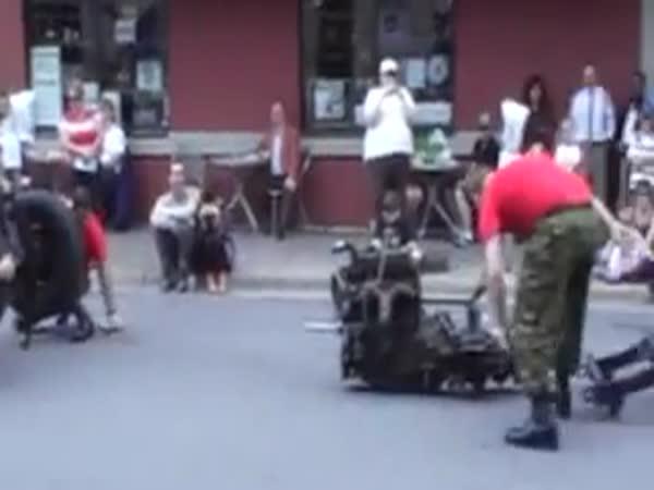 Vojenský Jeep a šikovní vojáci