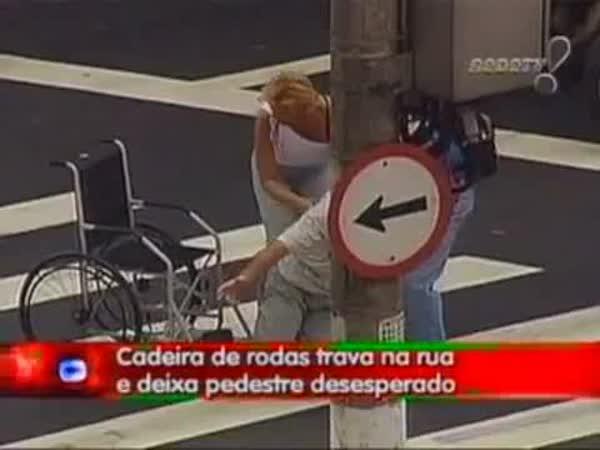 Skrytá kamera - Vozíčkář na přechodě