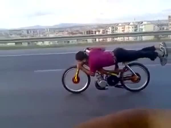 Adrenalinová jízda na mopedu