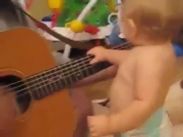 Dítě – Trsání na hudbu