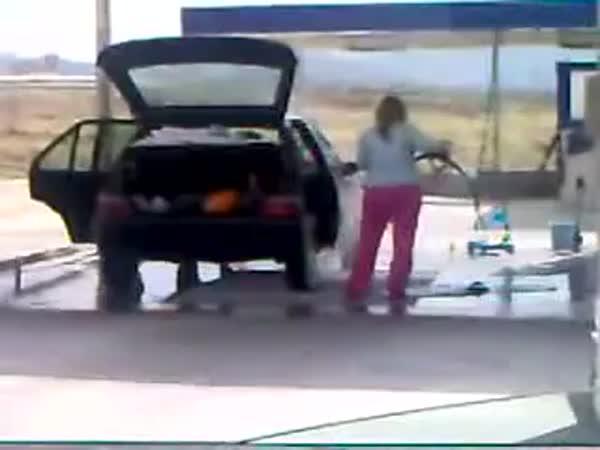Žena myje auto vapkou