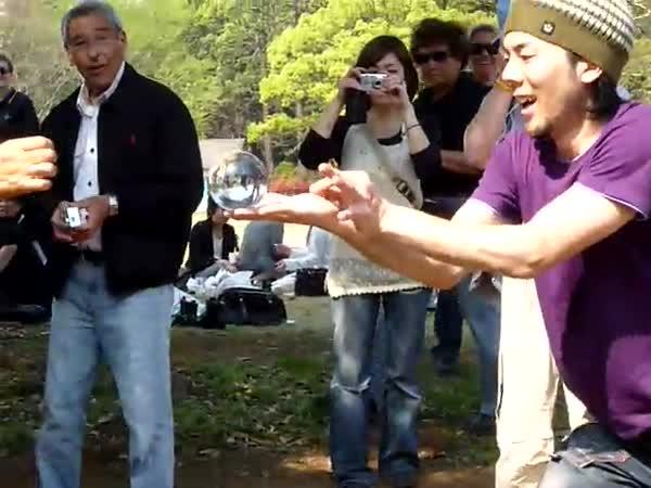 Borec – pouliční žonglér