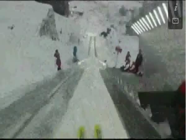 Skok na lyžích s kamerou na helmě