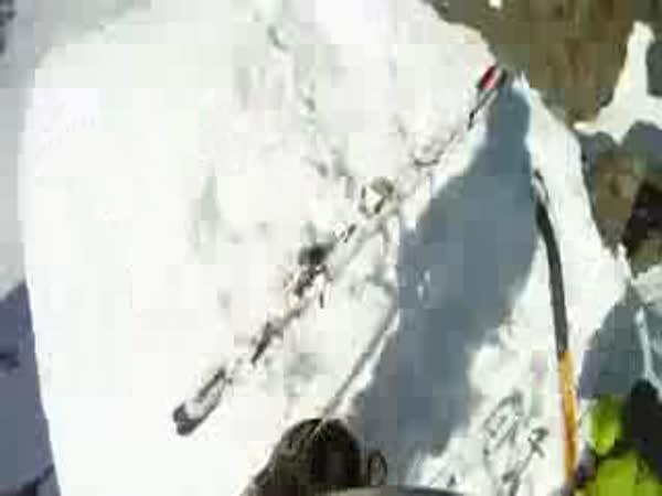 Pád lyžaře ze skály