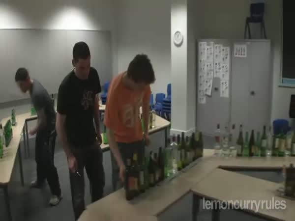 Hra na skleněné láhve