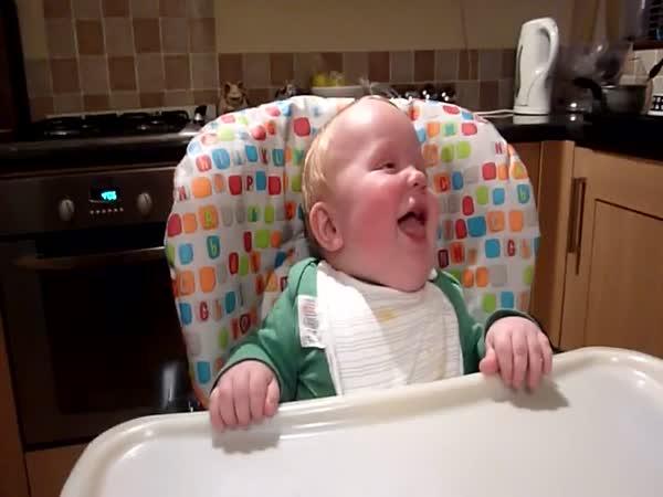 Srandovně se smějící dítě