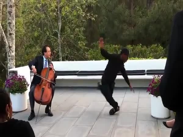 Hra na violoncello a tanec