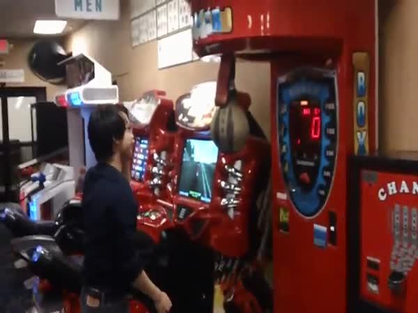 Blbec vs boxovací automat