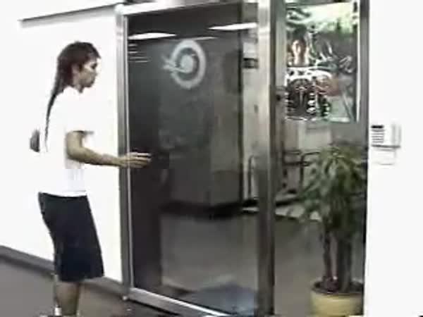 Idiot vs. automatické dveře