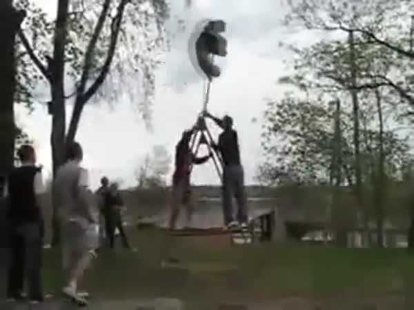 Idioti - houpání na houpačce