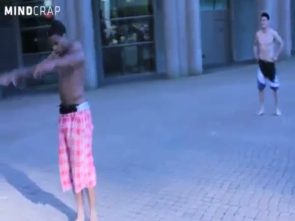 Capoeira bojovník vs. zeď