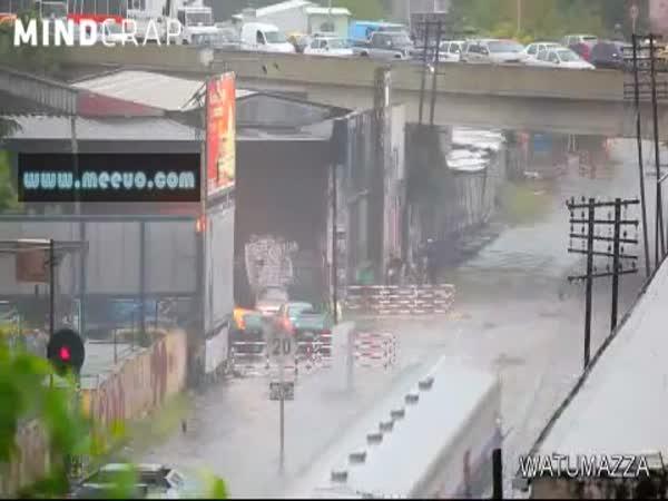 Rozjetý vlak záplavy neřeší