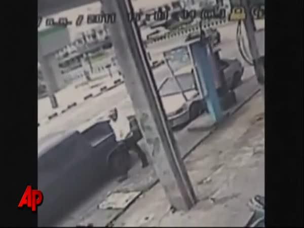Pyrotechnik přežil výbuch nastražené bomby