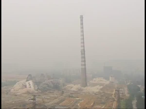 Demolice 210 metrů vysokého komínu