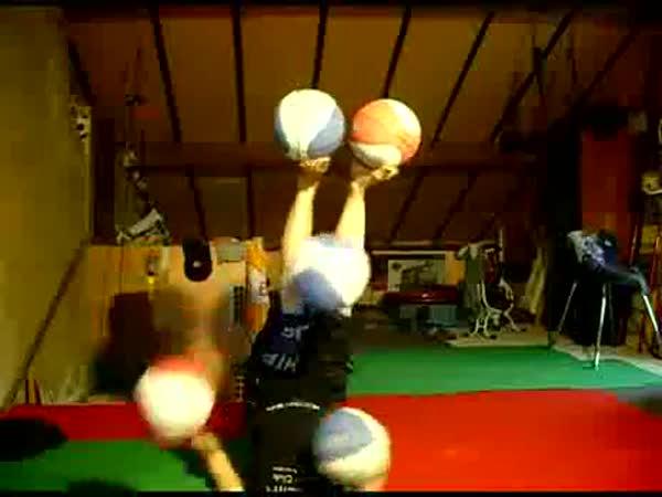 Krásná žonglérka s balónama