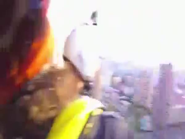 Seskok padákem z hotelového výtahu