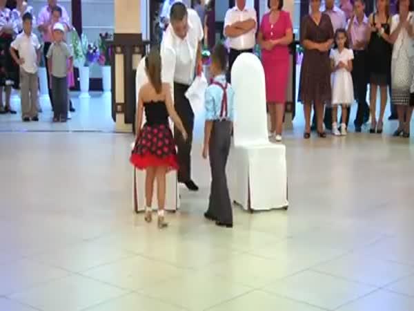 Dva malí tančící borci