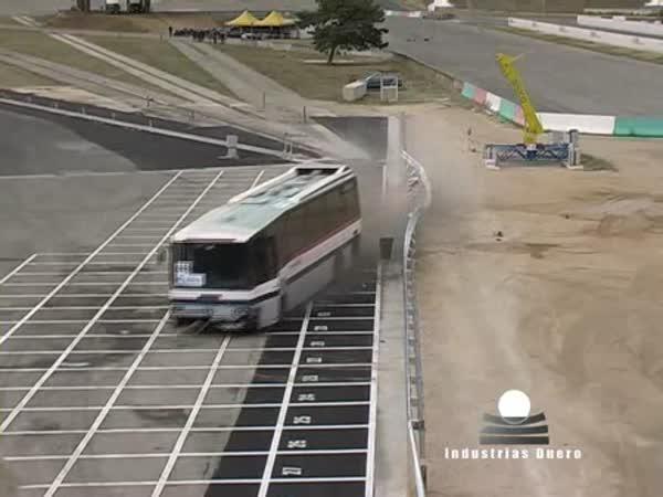 Crashtest - svodidla vs. autobus
