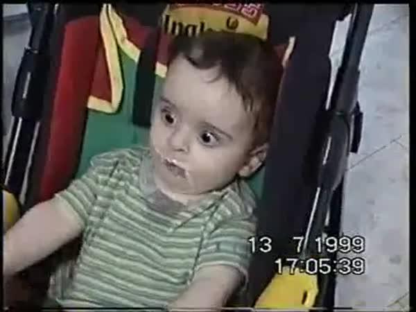 Dítě, které miluje jogurt