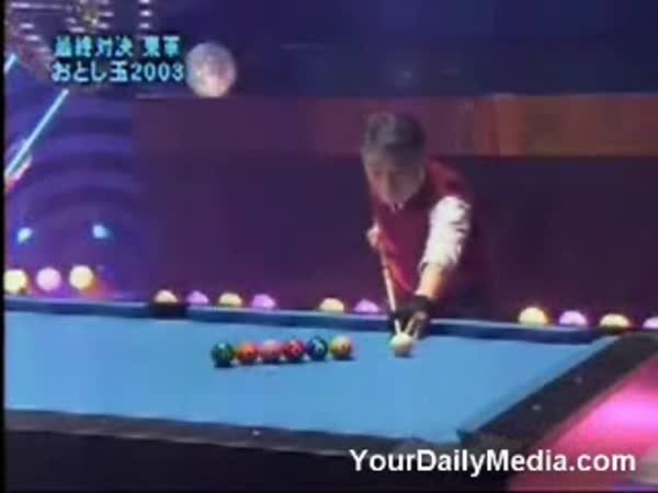 Borec - Asiat hraje kulečník