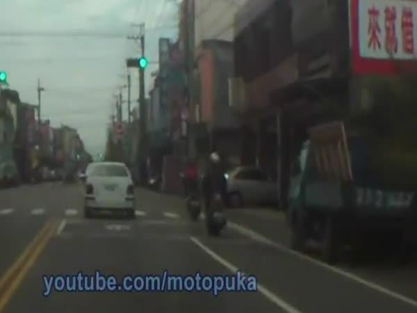 Nehody motorek v Asii [kompilace]
