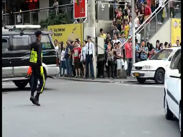 Tančící policista řídí dopravu