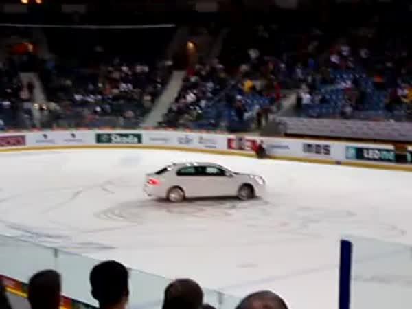 Superb driftuje po hokejovém ledě