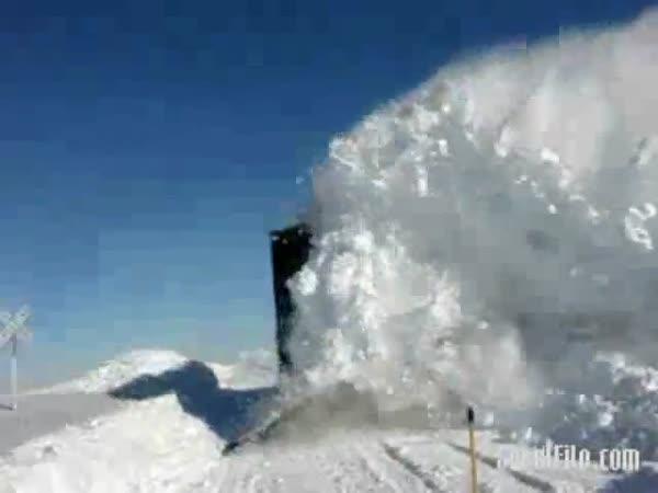 Železniční přejezd pod sněhem