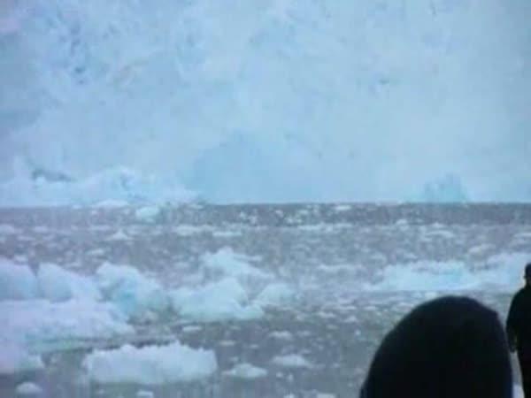 Ledovec padající do oceánu