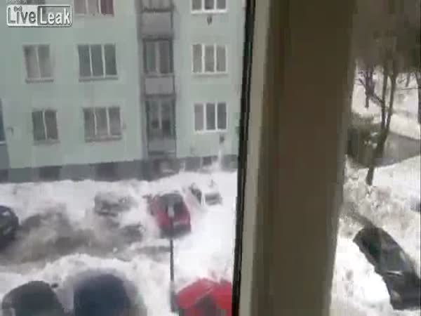 Sníh padající ze střechy