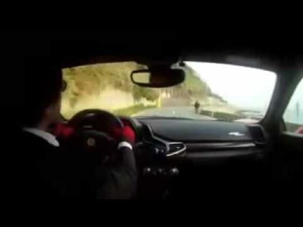 Doktor ukazuje co umí se svým Ferrari