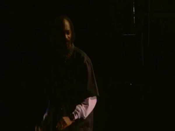 Tupac vystupuje jako hologram