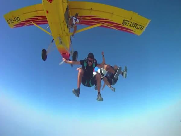 Skoky s padákem nad Dubají