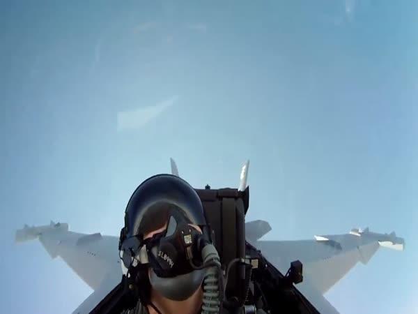 Stíhačka F-18 - záběry z letu