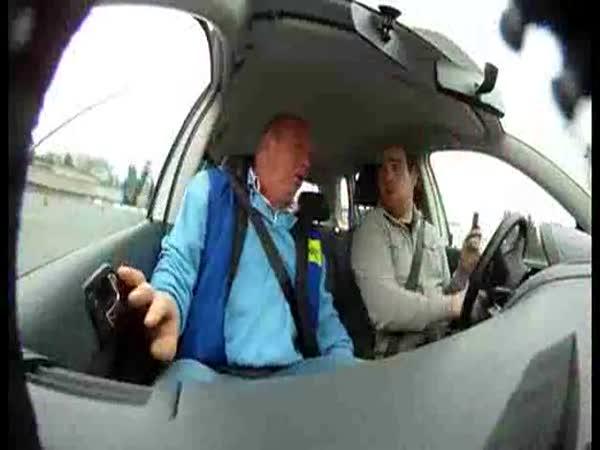 Psaní SMS během řízení
