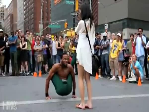 Parádní taneční vystoupení v ulicích