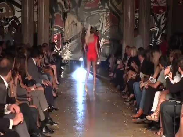 Modelka a zrádné podpatky