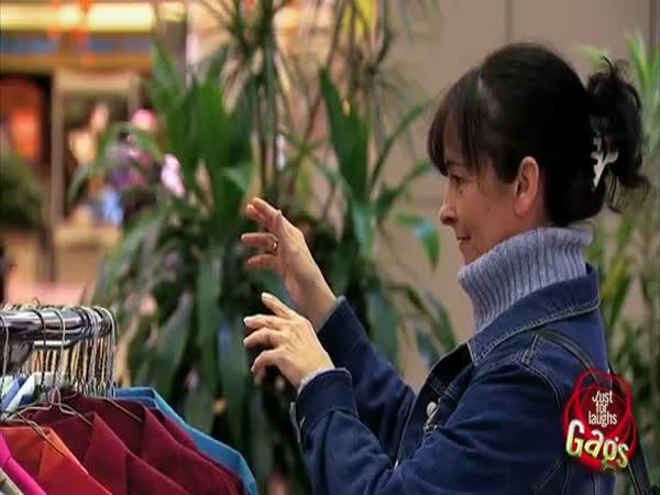 Nachytávka - Výběr šatů v obchodě